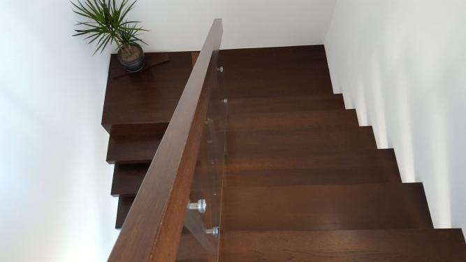 Scara din otel cu trepte din tabla si granit si balustrada din inox si lemn