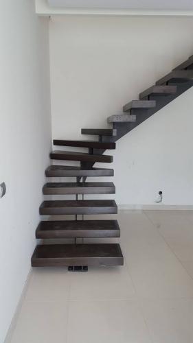 Scară vang central cu scări volumetrice de lemn