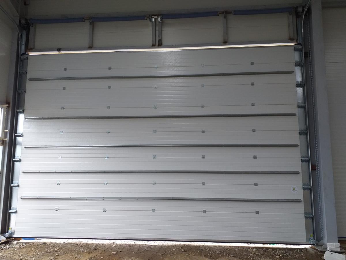 Usa garaj din lemn